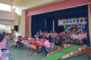 トップバッターを務めた沖縄療育園。イチャサン、ちゅるるんラーメンを演奏しました。