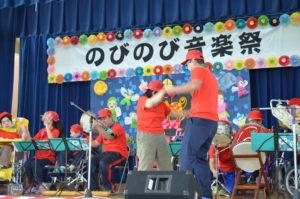 マリオみたいに元気みなぎる真っ赤な衣料で揃えたピノキオのメンバー!職員と一緒に大好きなダンスも披露しました^^