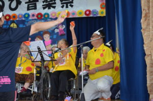 鮮やかな黄色いポロシャツで「サザエさん」の曲を演奏した若々しい具志川厚生園元氣です!!