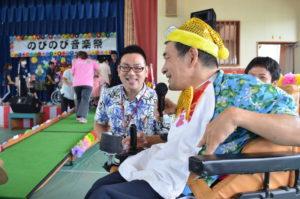 演奏後、司会からインタビューを受ける障害者支援施設「都屋の里」のメンバーさん。とってもとってーも素敵な笑顔です!
